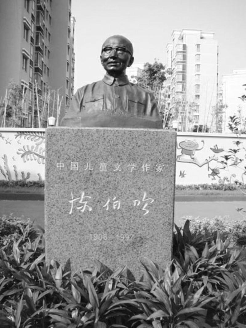 以一个文豪的名字作为幼儿园的名字,以一个文豪的终身研究成果作为幼儿园的办园特色,以一个文豪的主张引领孩子的优雅成长,这就是上海市宝山区陈伯吹实验幼儿园。 幼儿园创办于2008年9月,在陈伯吹之子、前北大校长、中科院院士陈佳洱先生的大力支持下,在各级政府的关心帮助下,得到快速发展,仅用两年时间就被评为上海市一级一类幼儿园、上海市妇女之家示范点、上海市家庭教育实验基地,获得全国特色教育先进学校称号。 文学是滋润孩子成长的乳汁,从小让孩子浸润在文学的环境中,幼儿园从一开办就以践行陈伯吹儿童教育思想为宗旨,教育让